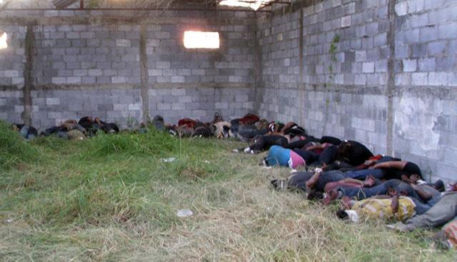 Los cuerpos de 72 migrantes asesinados por sus captores en un rancho en San Fernando, Tamaulipas, en agosto de 2010. Foto AFP