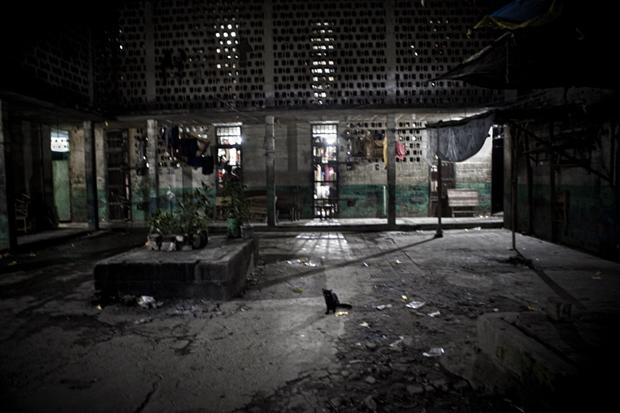 Uno de los dos patios interiores del sector 2, que alberga actualmente a 1.881 reos civiles. Solo en la planta baja residen 937 presos en 30 celdas.
