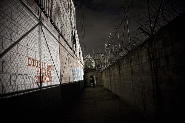 A los sectores 2 y 3 del penal de Mariona se accede por un pasillo interior protegido por alambre razor y desde hace unos meses controlado con cámaras de vigilancia.