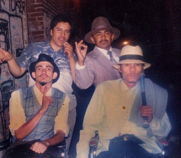 """Miembros de la pandilla Playboys de Los Ángeles. Durante los años 80, las pandillas sureñas más antiguas solían usar vestimenta de """"pachuco"""" en las noches de fiesta. Abajo a la derecha aparece El Flaco, antiguo palabrero de la clica Normandie Locos."""