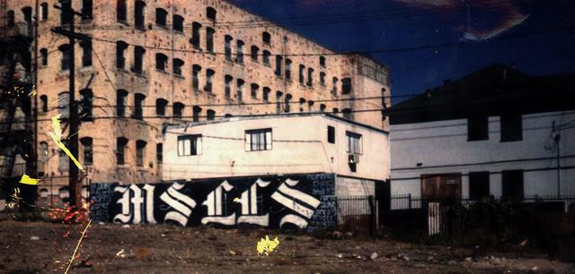 Mural de la clica Leeward Locos de la Mara Salvatrucha situado en la parte trasera de Leward Avenue de Los Ángeles, entre las calles Westmoreland y Hoover. Fotografía tomada en la segunda mitad de los años ochenta.